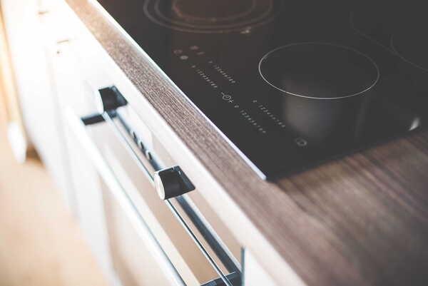 placa de inducción sobre horno
